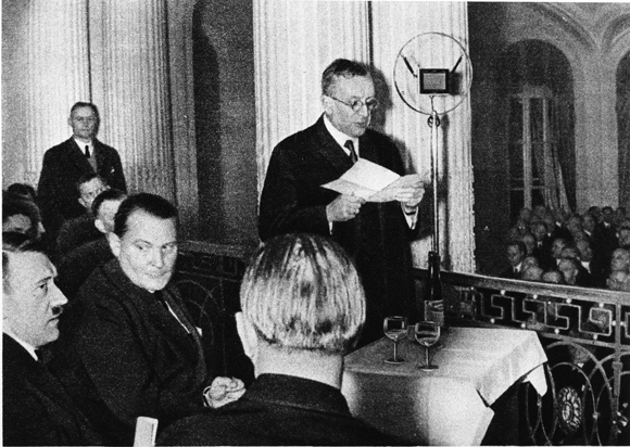 Hitler på möte med Industriklubben i Düsseldorf 1932. Foto: ©Bayerische Staatsbibliothek München/Heinrich Hoffmann
